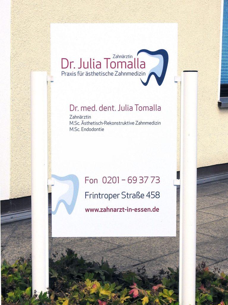 Eingangsschild Praxis Dr. med. dent. Julia Tomalla